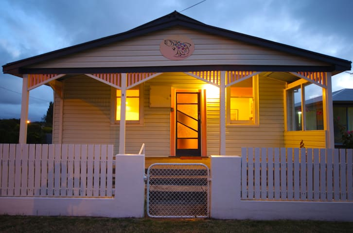 The Spotted Salmon Cottage - West Ulverstone - Talo