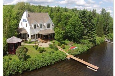Superbe résidence, bord lac Sergent - Lac-Sergent - Haus