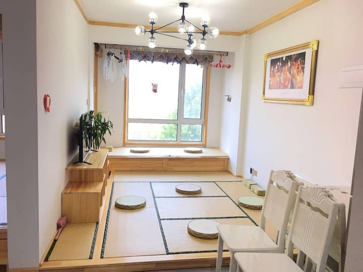 纯日式榻榻米房,全屋纯实木打造,能够容纳12人,是您和家人出游最佳的选择