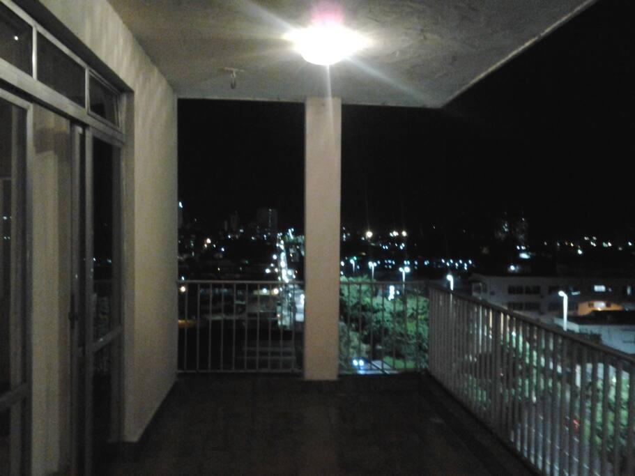 Varanda com vista noturna