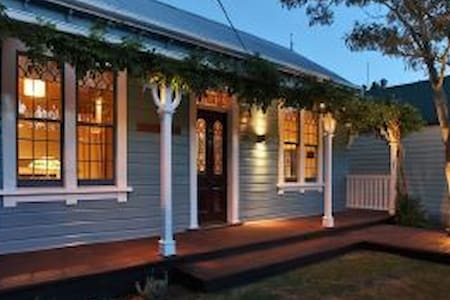 Harper Cottage 1880s charm, walk to city centre - Christchurch