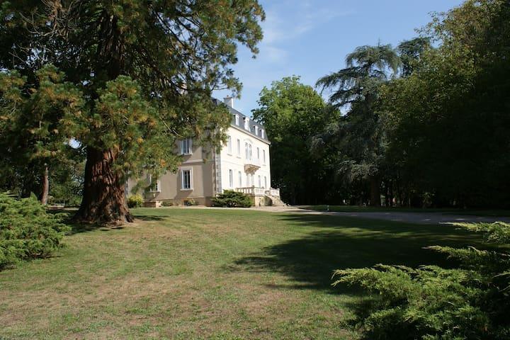 Maison de maître entourée d'un parc