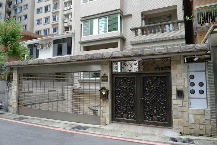 Newly Renovated 1 Bedroom Near MRT