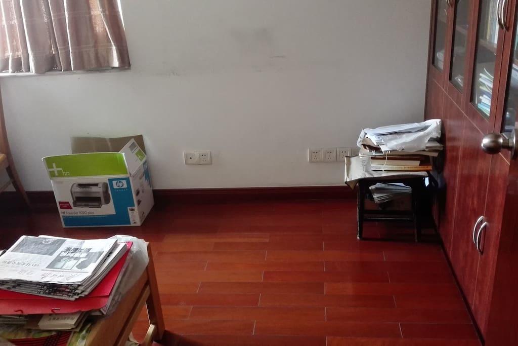实木地板、书柜,必要时还得在睡床之余打个地铺。