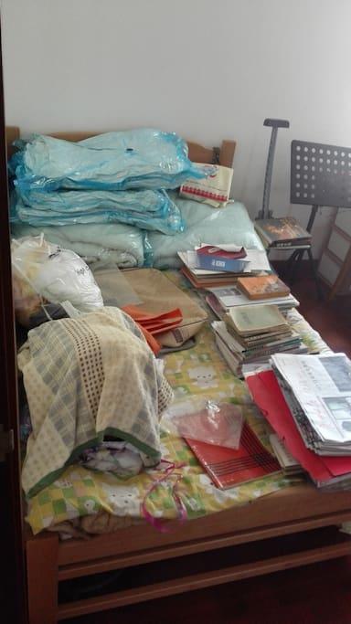 几乎全新的床,上面暂时推着一些临时不用的书籍和杂物,如果有租客预约可提前打扰清理干净。