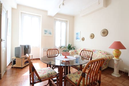 Typically French  2 bedroom apt - Carpentras - Apartament
