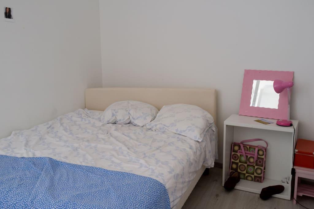 Le lit !!! Il y a aussi une armoire et un bureau (avec wifi).