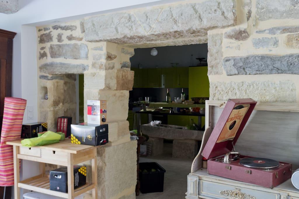 La cuisine vue du salon