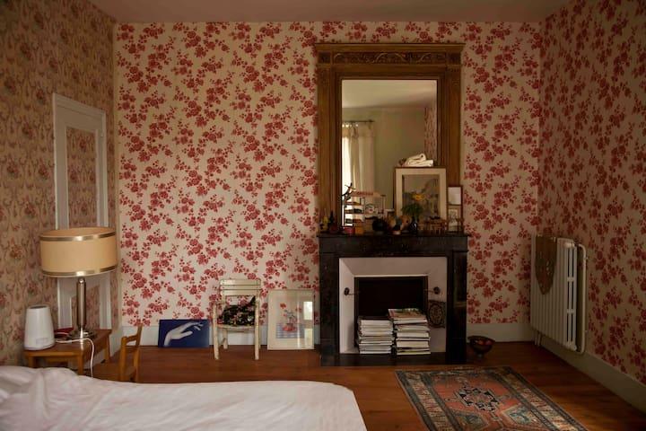 Idyllic Watermill, Chambre Roses - Saint Germain du Bois - Aamiaismajoitus