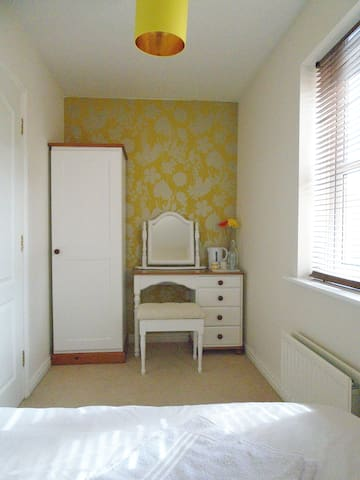 Double Bedroom and Bathroom with Free Parking