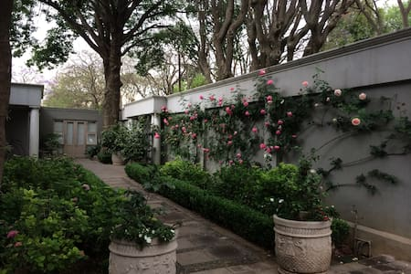 A large spacious suite overlooking the garden - Johannesburg - Bed & Breakfast