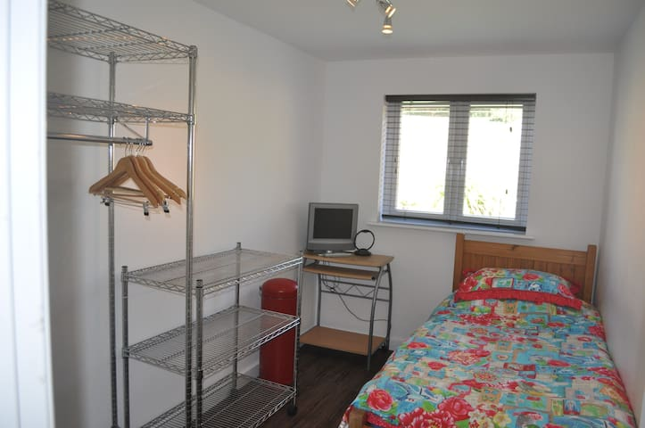 SINGLE ROOM ( London in 25 mins )
