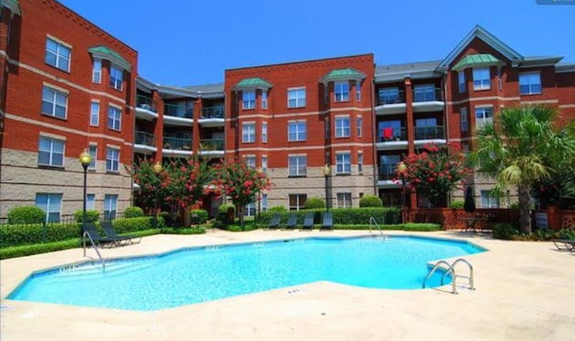 Vista condo with pool & parking