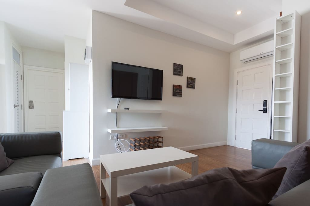 Main sitting area with flat screen tv