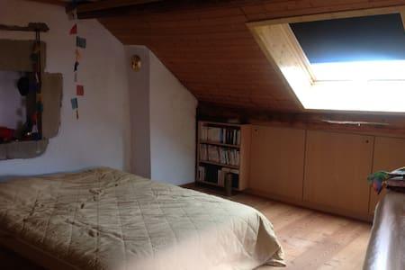 Grande chambre sous le toit. - Saint-Julien-en-Genevois