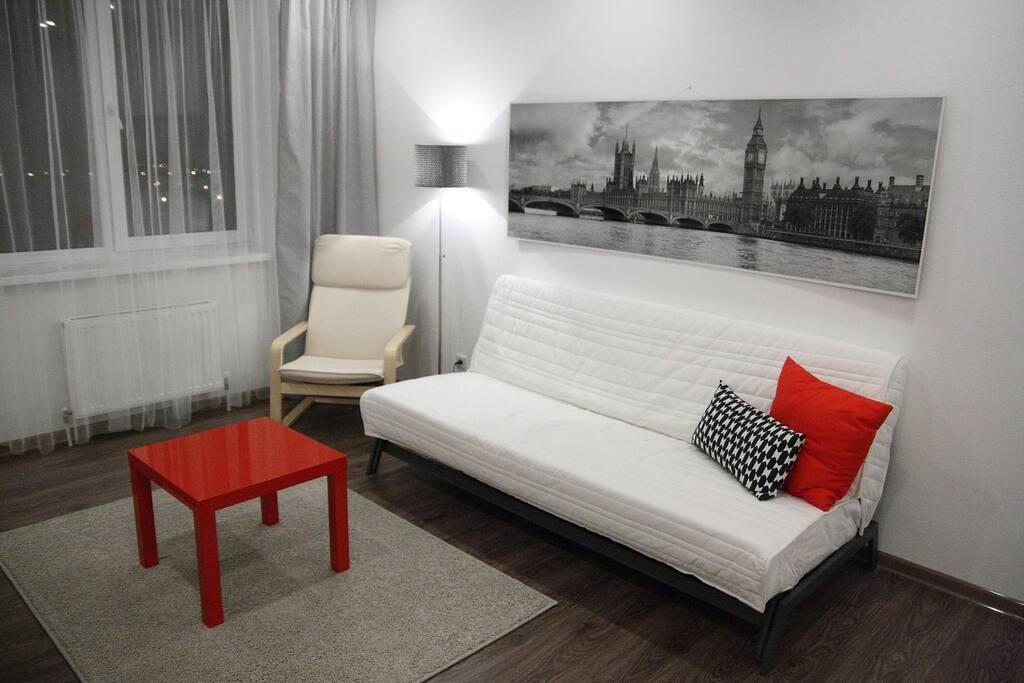 В гостиной находится раскладывающийся двухспальный диван с ортопедическим матрасом