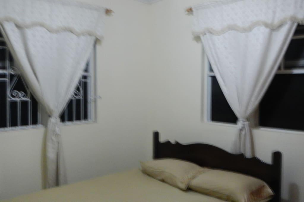 Les moustiquaires aux fenêtres pour des nuits tranquilles