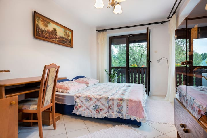 Double bedroom with tranquil garden with parking