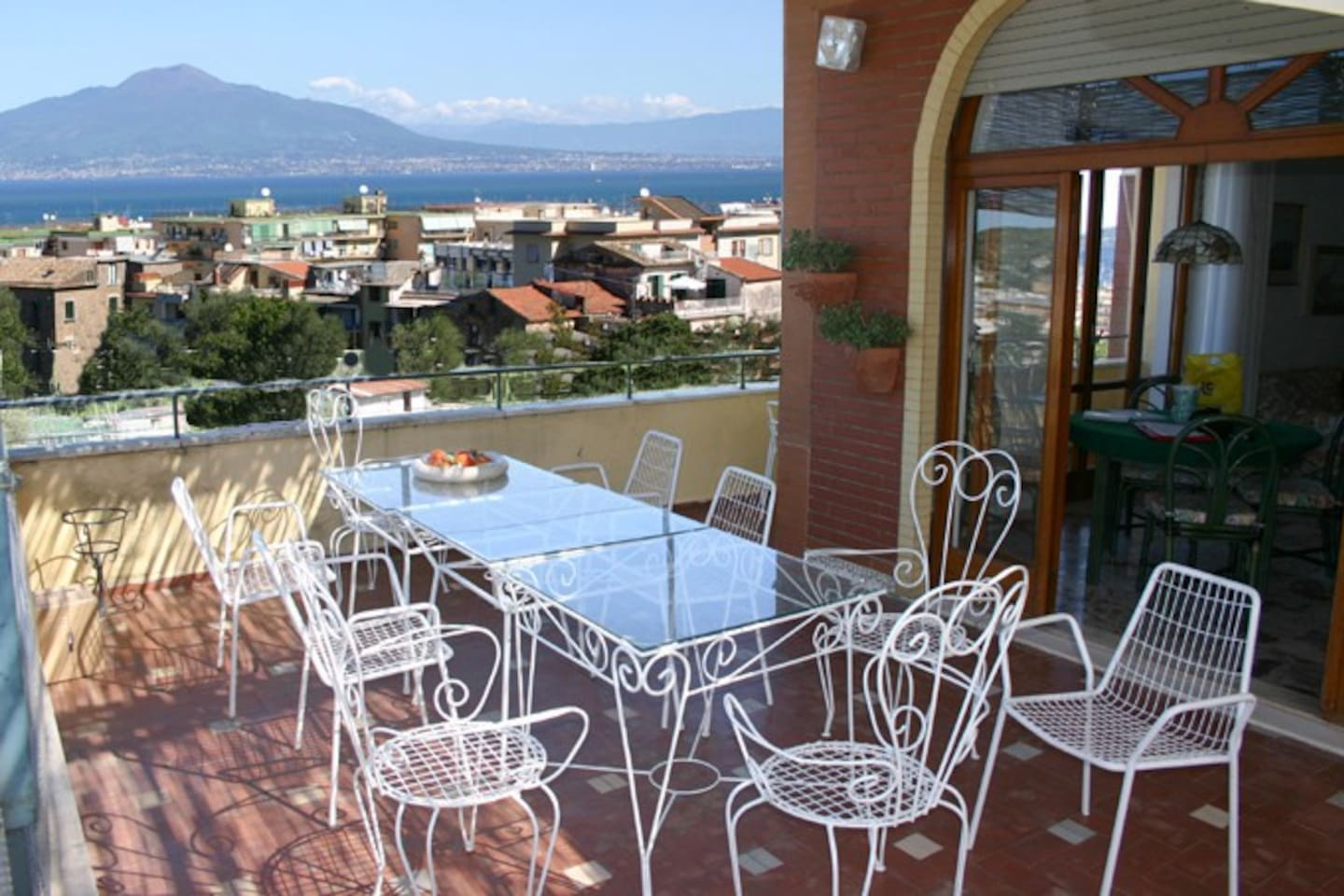 Terrace with table and chairs and a beautiful sea-view of Chiara Apartment in Sorrento