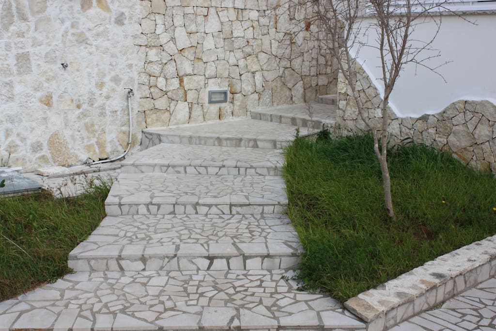 Le scale che portano al primo terrazzo e all'ingresso dell'abitazione