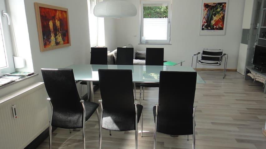 Wohnzimmer Esstisch mit Platz für bis zu 6 Personen / Living room with dining area for up to 6 person