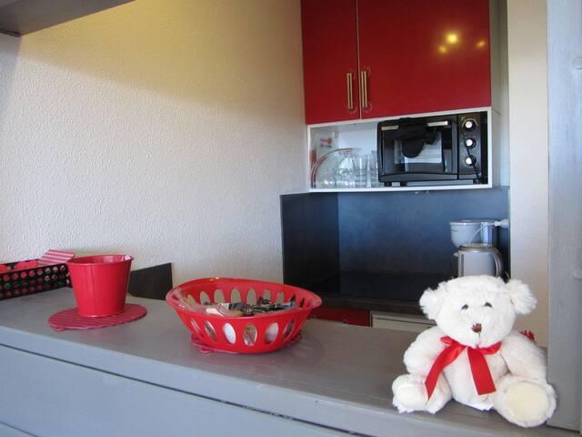 Cuisine neuve, lave vaisselle, four, toaster, machine à café etc...