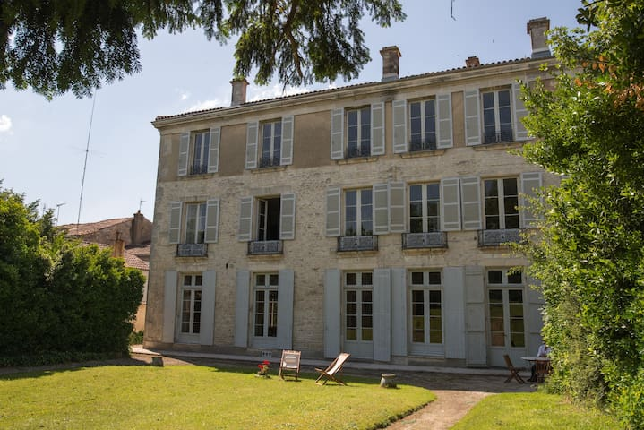 Hotel de Bobéne, suite familiale , 2 chambres, SdB - Saint-Jean-d'Angély - Huoneisto