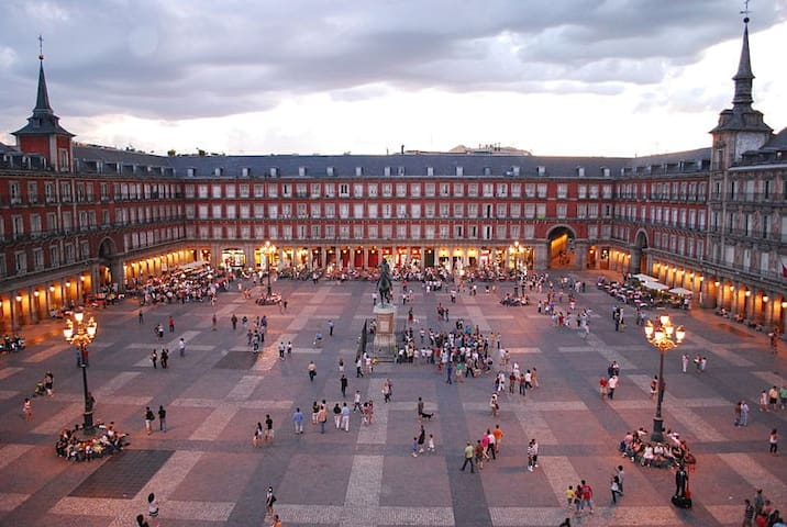 NEXT TO PLAZA MAYOR STATELY BUILDNG - Madrid - Apartment