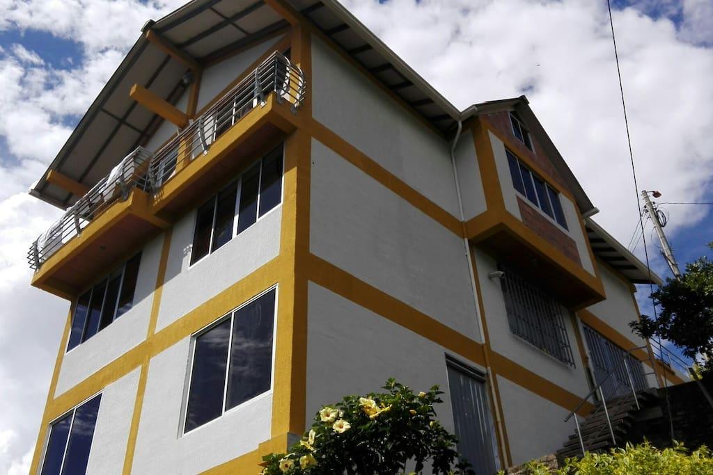 La casa tiene tres plantas,la planta  de alquiler es el segundo piso de. 100m2.