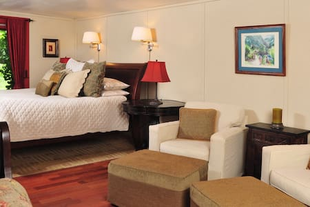 1795 Acorn Inn - Private Barn Suite - Canandaigua