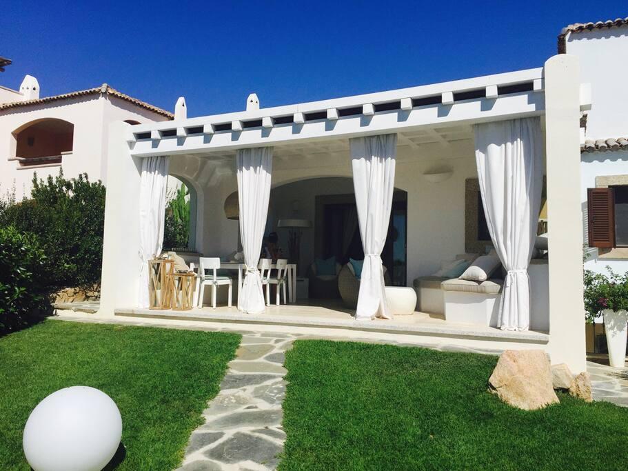 La veranda (non utilizzabile) fa parte della casa dei proprietari, ma come detto nella descrizione non saranno presenti durante il vostro soggiorno