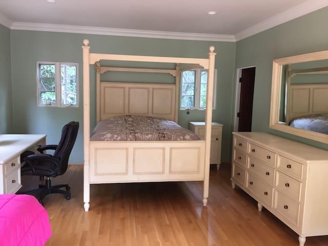 Nice room in a large house. - Santa Barbara - Villa