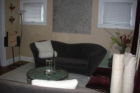 Detroit Designer Home Sleeps 6-8ppl - Detroit - Ház