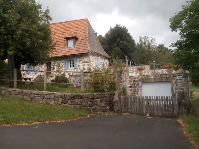 Jolie maison auvergnate dans un site verdoyant