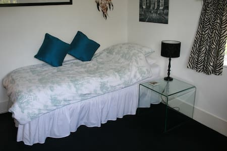 Rural location close to Guildford - Wood Street Village - Bed & Breakfast