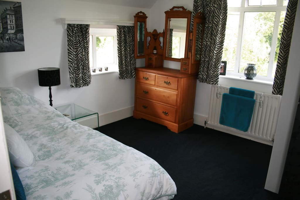 Double aspect room overlooking the common