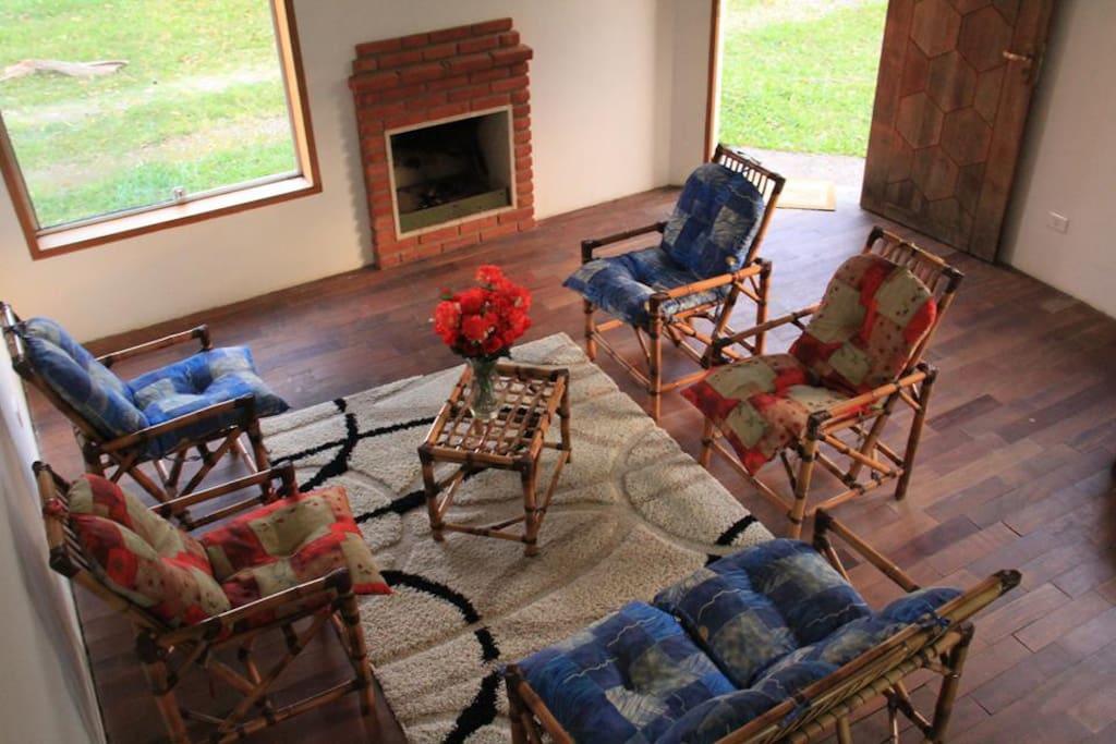 Sala de estar com lareira e vista p jardim do Pouso Pico Agudo ..  Mine cozinha com frigobar e microondas ..