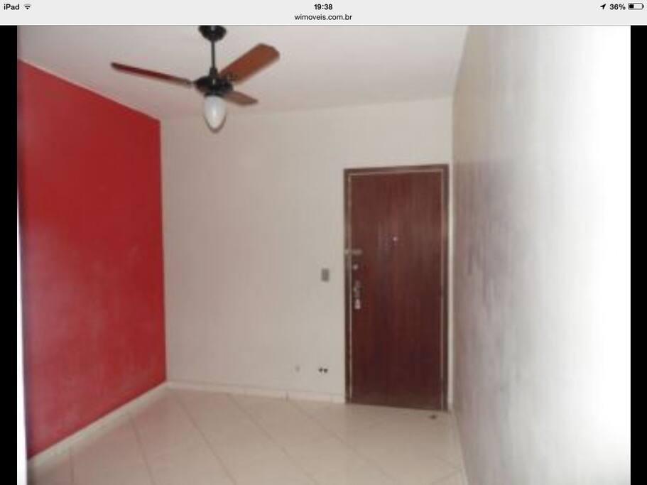 Sala de visita com ventilador de teto.
