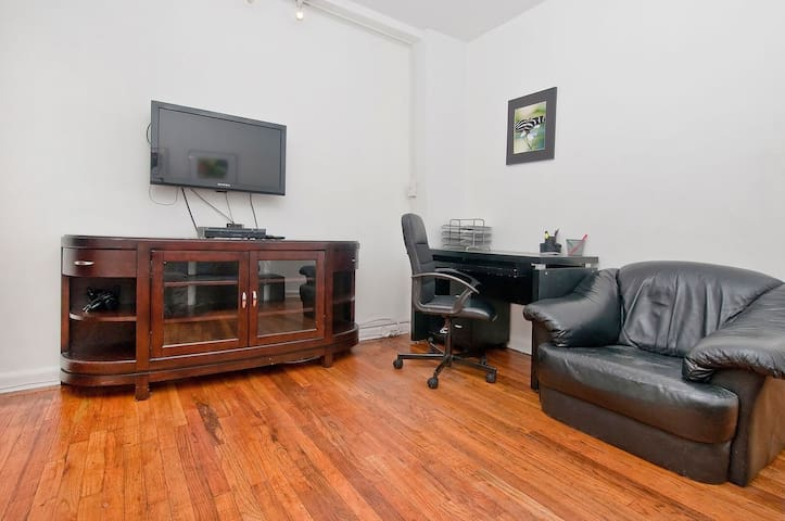 MIDTOWN EAST 1BR APARTMENT WITH BACKYARD
