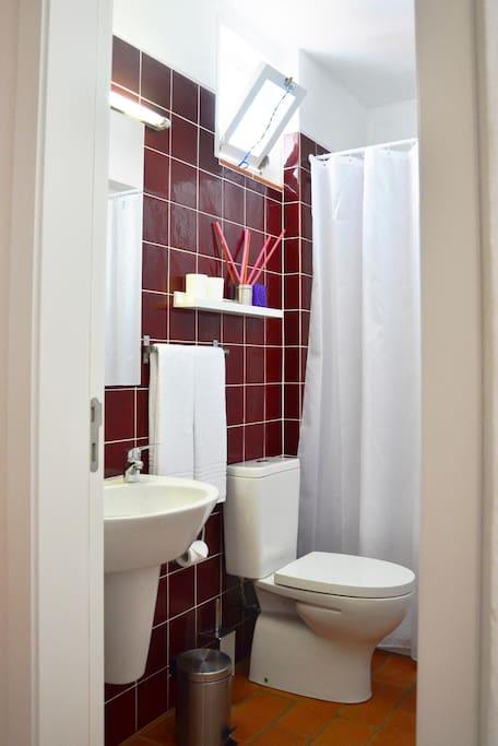 Casa de banho arejada e de bom gosto