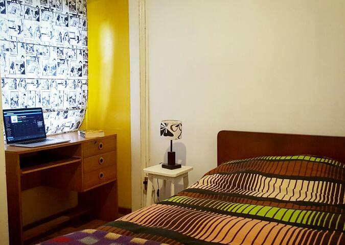 Dormitorio-escritorio. Una cama de plaza y media