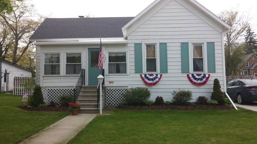 Charming cottage downtown Tawas, MI close to beach