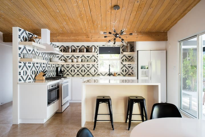 Earthy Modern 4 Bedroom with Private Guesthouse - Palm Springs - House