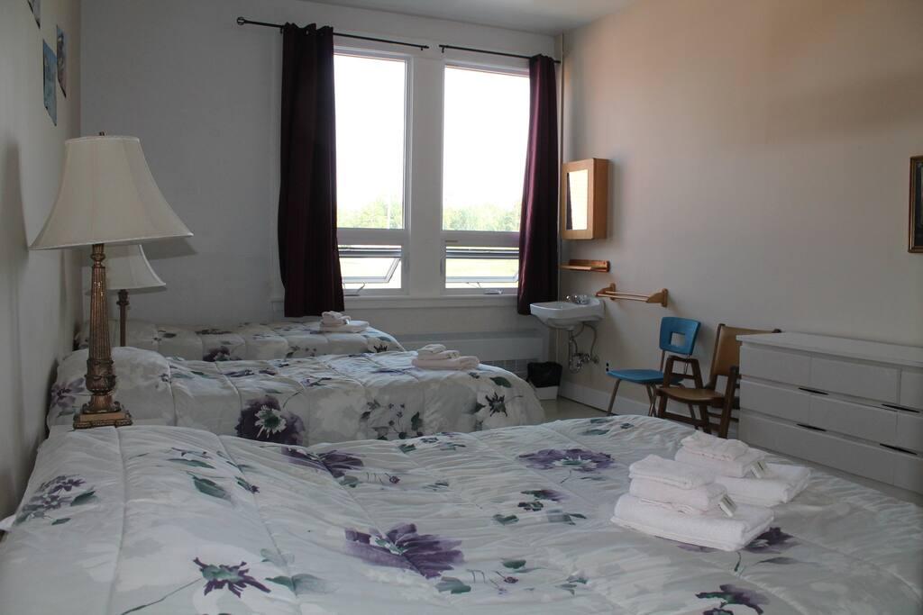 Chambre familiale : 1 lit double et 2 lits simples