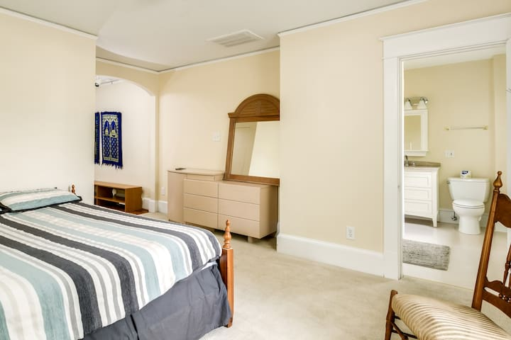 2 room apt. next to UNC & downtown Chapel Hill