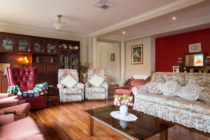 Beautiful large  home in Yarra Glen - Yarra Glen - Bed & Breakfast
