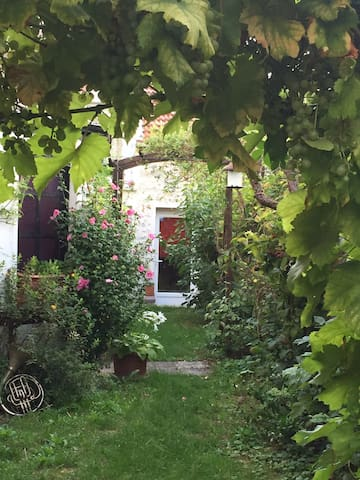 """The FairyTale House"" outbuilding in my garden - Étampes - House"