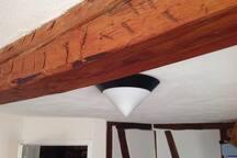 Alte Balken im Zimmer zeugen von 300 Jahre Wohnen