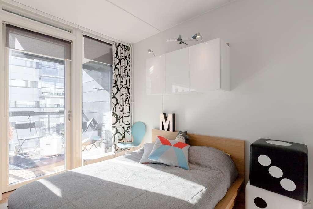 Bedroom with a really comfortable 140 cm bed and large windows to the balcony.