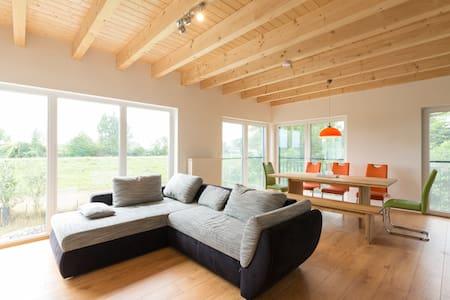 Schickes, helles und modernes Haus am Eicher See - Eich - บ้าน